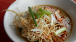 カオソーイガイ|ข้าวซอยไก่|ココナッツカレーヌードル