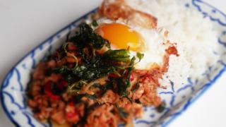 ガイパットバイガパオラードカオ|ไก่ผัดกะเพราราดข้าว|鶏のガパオ炒めライス